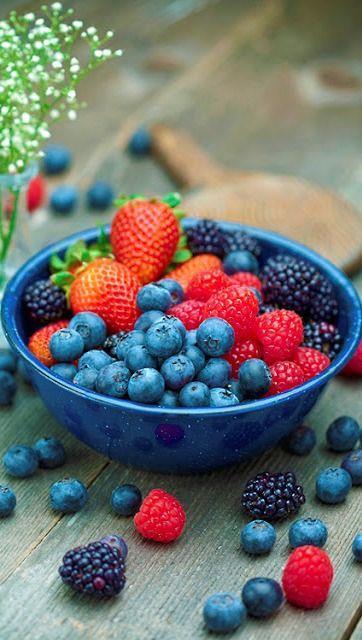 Sağlıklı beslenmek için ne kadar çok renkte sebze ve meyveyi tüketirsek kendimize o kadar çok iyilik yapıyoruz.. Beslenme ve Diyet Uzmanı Yasemin Bekmezci, zayıflama, yaşlanma etkilerini geciktirme, bağışıklığı destekleme, cildi gençleştirme, hastalıklara karşı koruma gibi birçok yararlı etkileri bulunan sebze ve meyvelerden günde 5 porsiyon tüketilmesi gerektiğini söylüyor. Ancak özellikle içeriğindeki şeker nedeniyle meyve yerken aşırıya da kaçmamak önem taşıyor.  Sağlıklı bir yaşam için tabağımızda mutlaka bulunması gereken bu besinler...  Kaynak Fotoğraflar: Pinterest