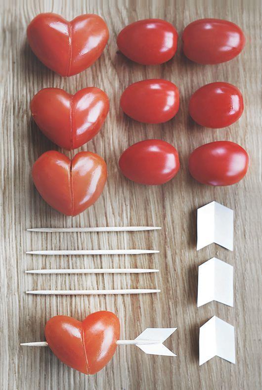 Domates:  Yaz mevsiminin en çok soframıza eşlik eden sebzesi domates güçlü bir antioksidant olan likopen açısından son derece zengin bir sebze. Cildi UV ışınlarına karşı koruyarak yaşlanmayı geciktirici özelliği bulunan likopen, özellikle domatesin işlenmesi ve pişmesiyle birlikte artıyor. Bu özelliği ile kardiyovasküler hastalıklar, kanser (özellikle prostat, cilt, mesane), diyabet ve osteoporoz riskini düşürmede rol oynuyor