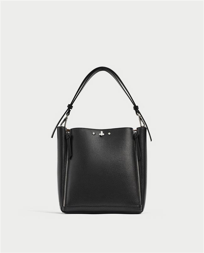 SİYAH ÇANTA  Trendi yakalamak adına dönemin star çantalarını tercih etmek istesek de hiçbiri düz deri siyah çantalar kadar uzun ömürlü olmuyorlar!