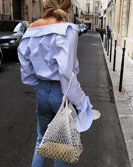 Aslında bir moda aksesuarı olarak düşünmek yerine, çevreye zarar veren ve bir türlü yok olup gitmeyen plastik torbalara harika bir alternatif olarak kullanılabilir. Hem çevre dostu hem de şık! Daha ne olsun?  Kaynak: Gardrop Kedisi