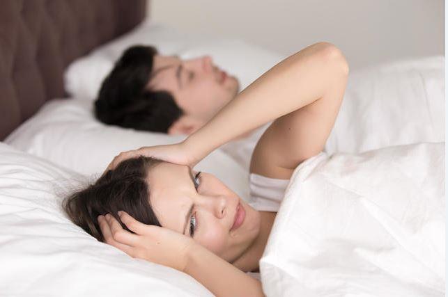 Stres, seks hayatını olumsuz etkiliyor  Birincil ihtiyaçlarımız yeme, içme, nefes alma veya barınma gibi fizyolojik ihtiyaçlarımızdır ve günlük yaşantımızda önceliği genelde bu ihtiyaçlarımıza veririz. Bu ihtiyaçları karşılarken yaşadığımız stres, iş hayatındaki koşuşturmalarımız veya gündelik kaygılar seksi düşünmemize ya da doyurucu seks yaşamamıza geçici olarak engel getirebilir. Buradan da anlaşılacağı gibi iyi bir seks için günlerin isimi değil kişilerin kendilerini iyi hissetmeleri, rahat olmaları, ruh durumlarının ve streslerinin az olması daha önemli olmaktadır.