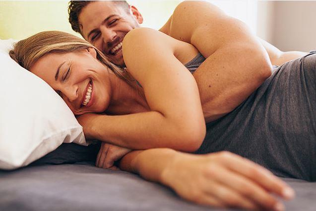 Bu açıdan bakacak olursak kişinin kendini en iyi hissettiği günün cumartesi olduğu görülür. Çünkü cumartesi günü işin, stresin en az olduğu, kişilerin kendilerine daha fazla zaman ayırdığı gündür ve cumartesinin arkası da tatildir. Çiftler bu rahatlık içerisinde daha uzun ön sevişmeler yapabilmekte, birbirlerine daha fazla zaman ayırabilmekte ve seks kalitelerini artırabilmektedirler. Dolayısı ile cumartesi günü seksi yaşamak olumlu bir şartlanma olarak çiftin zihninde yer edebilmektedir. Cinsel Sağlık Enstitüsü Derneği'nin yaptığı anket çalışmalarında da çiftlerin seks için en uygun gün olarak cumartesiyi tercih ettikleri görülmektedir.