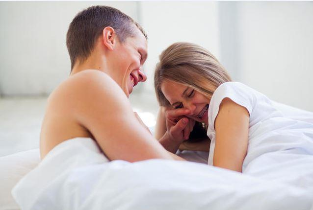 Biz ikinci görüşün daha doğru olduğuna inanıyoruz. Çünkü çiftlerin seks için özel bir zaman ayırmaları ve bu zamanı cinsel fantezilerle süslemeleri, seks yapacakları gün ile ilgili sorumluluk alabilmeleri ve aşk oyunları konusunda tatlı bir rekabete girmeleri cinsel yaşamlarını renklendirebileceği gibi daha cazip ve doyurucu hale de getirebilir.