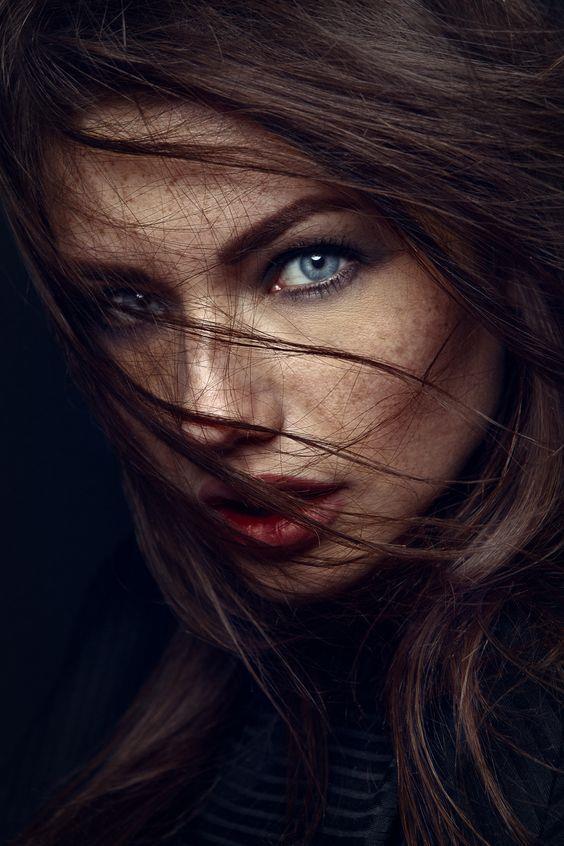 Göz renginizle hangi tonların daha güzel ve uyumlu olduğunu bilmeniz, etkileyici ve hoş görünmenizi sağlarken, güzelliğinizi ortaya çıkaracak… İşte göz renginize göre makyaj önerileri…  Kaynak Fotoğraflar: Pinterest