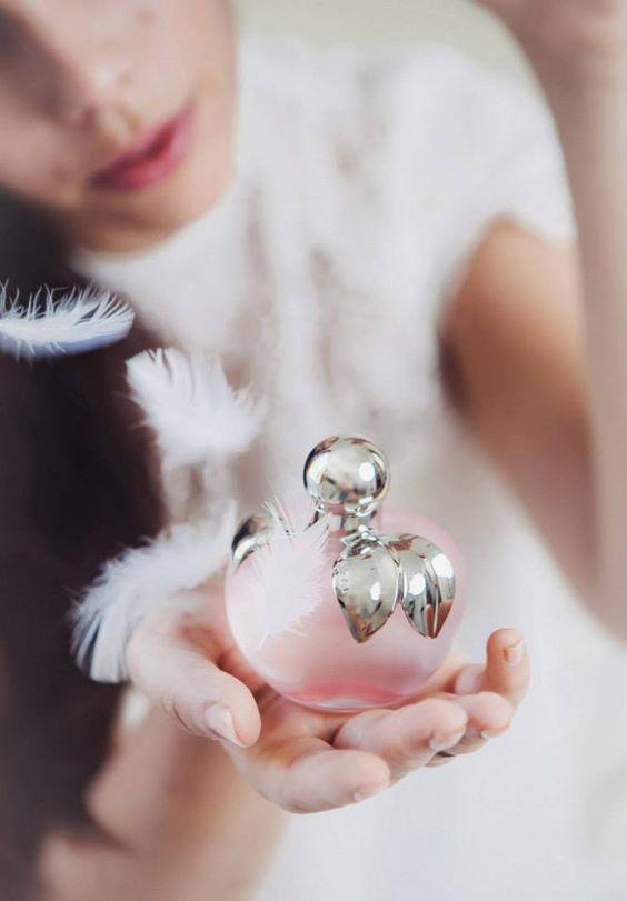 Parfüm alacağınız gün teninize başka bir koku sürmeyin:  Tende iki koku birbirine karışıp, alacağınız parfümün kokusunu almanızı engelleyebilir. Parfüm alacağınız gün teninizin boş olması daha sağlıklı olur.