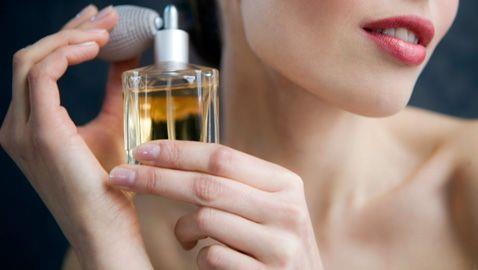 Parfümü çok fazla sıkmayın:  Çok fazla parfüm sıkmak burnunuzu o kokuya alıştıracağı için duyarlılık kazandırıp en doğru parfümü seçmenizi engelleyebilir.