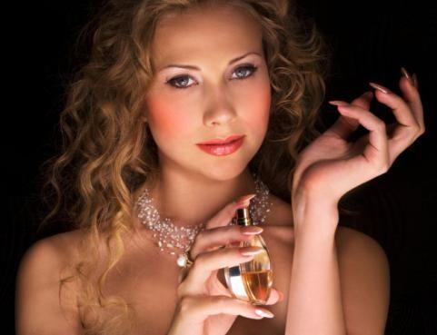 Parfümü mutlaka teninize sıkarak deneyin:  Seçeceğiniz parfüm her tende farklı bir etki bırakacağı için parfümünüzü tavsiye üzerine almak yerine, teninize sıkarak önce deneyin.