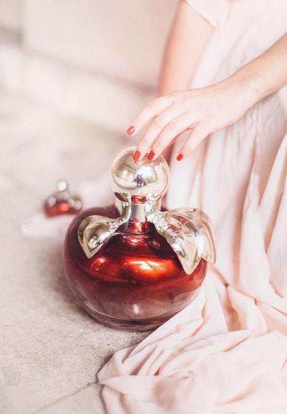 Güzel kokmak her kadının en büyük arzusu. Kendiniz için en uygun parfümü arıyor, parfümünüzü değiştirmek istiyor ama kararsız mı kalıyorsunuz? İşte size parfüm seçmenin püf noktaları...  Kaynak Fotoğraflar: Pinterest