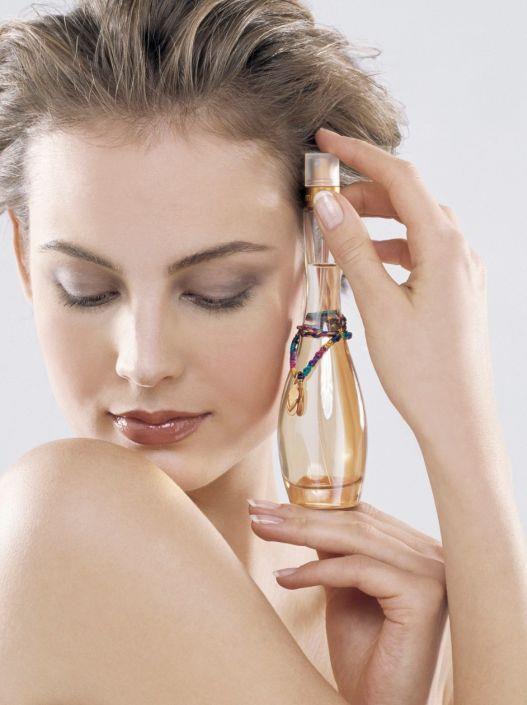 Tek bir parfümle yetinmeyin:  Sürekli aynı parfümü kullanmak belirli bir zaman sonra alışkanlık haline gelir. Kokuyu duyumsamazsınız. Bu da parfüme karşı isteksizlik oluşturur. Parfüm seçerken birkaç parfüm almayı tercih edin.