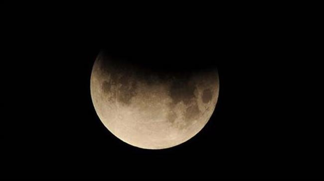 """2017'nin en önemli doğa olaylarından kısmi Ay tutulması bugün gerçekleşecek. En net haliyle Rusya'dan izlenebilecek olan Ay tutulması, Ortadoğu, Avrupa, Pasifik ve Asya gibi çeşitli kıtalarda izlenebilecek. Peki Ay tutulması bugün saat kaçta gerçekleşecek?  Ülkemizden de izlenebilecek olan kısmi Ay tutulması, Türkiye saati ile (TSİ) 20:23 sularında Dünya'nın tam gölge konisine girerek parçalı tutulma başlayacak, tutulma ortasına 21:20 civarında ulaşarak ve TSİ 22:18'de tutulma sona erecek. Tutulma Türkiye'nin her yerinden izlenebilecek.       <a href=  http://mahmure.hurriyet.com.tr/astroloji/astroloji-yazilari/astro-gundem/7---13-agustos-haftalik-burc-yorumlariniz_1062311  style=""""color:red; font:bold 11pt arial; text-decoration:none;""""  target=""""_blank""""> 7-13 Ağustos Haftalık Burç Yorumlarınız"""