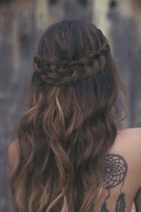 Saçlarınızı iki ucundan ince örgülerle süsleyip arkada birleştirerek havalı bir görüntü elde edebilirsiniz.