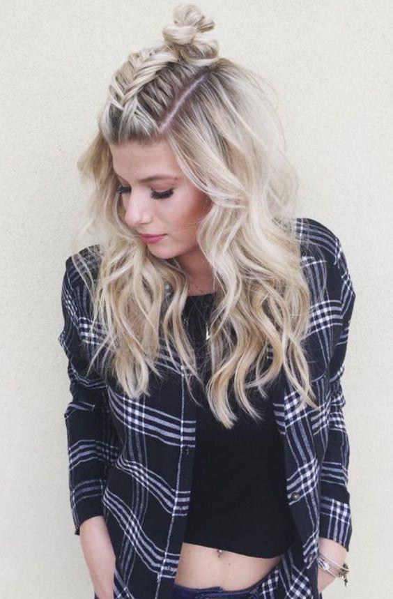 Salaş bıraktığınız saçlarınız sıradan göründüğünü mü düşünüyorsunuz? Tepeden örmeye başladığınız saçlarınızı topuzla birleştirerek daha güzel bir görüntü elde edebilirsiniz.