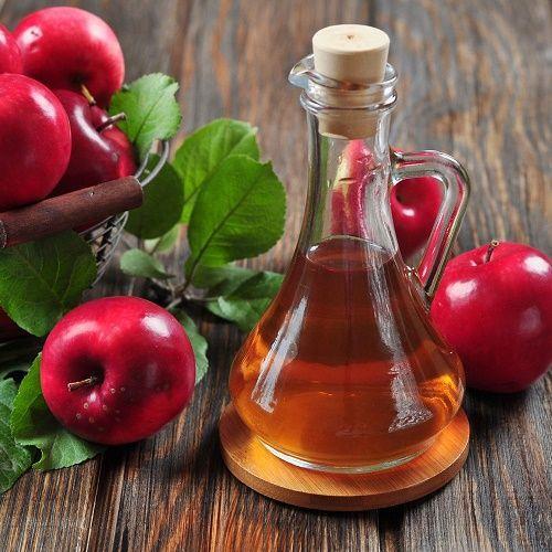 ELMA  SİRKESİ   Pek çok vitamini bünyesinde barındıran elma sirkesi vitamin ve mineral eksikliği yüzünden gerçekleşen boyun ağrıları için ideal. Bir parça kağıt havluyu elma sirkesinde ıslatıp ağrıyan bölgeye yerleştirin ve birkaç saat boyunca orada bırakın. Ağrı tamamen yok olana kadar günde 2 kere tekrarlayın.