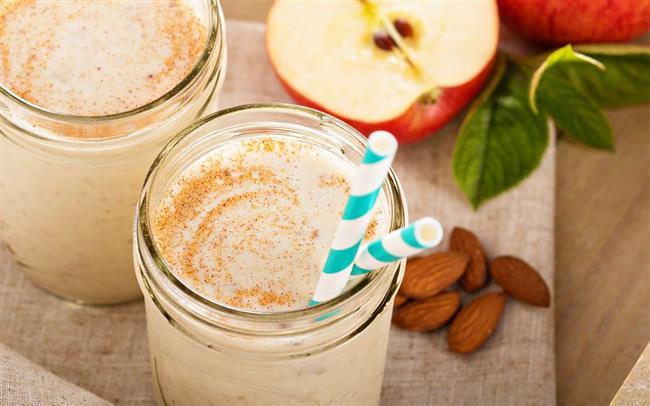ELMALI SMOOTHIE  Malzemeler  1,5 su bardağı süt (arzuya göre laktozsuz)  1 adet orta boy kırmızı elma  1 yemek kaşığı yoğurt  1/2 su bardağı badem içi  1/4 tatlı kaşığı tarçın  1 tatlı kaşığı bal  Nasıl Yapılır?  Dört eşit parçaya bölüp çekirdekli kısımlarını çıkardığınız kırmızı elmanın kabuklarını soyun.  Soğuk sütü blendera alın.  Yoğurt, elma dilimleri, badem içi, bal ve tarçını süte ekleyin. Tüm malzemeleri blenderda püre haline gelene kadar karıştırdıktan sonra bekletmeden soğuk olarak servis edin.  Servis Önerisi  Arzuya göre; üzerine tarçın serpip servis edebilir, karışıma keten tohumu ya da yulaf ezmesi ekleyebilirsiniz.