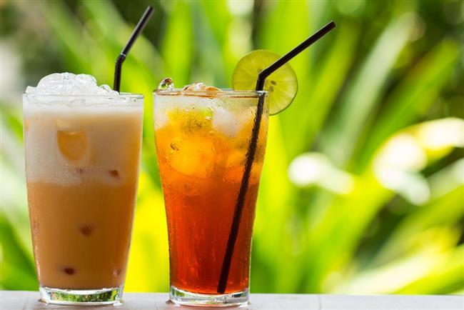 VANİLYALI BUZLU YEŞİL ÇAY  Malzemeler  1,5 litre su  4 tatlı kaşığı yeşil çay  1 yemek kaşığı esmer şeker  1 tatlı kaşığı bal  4 adet nane yaprağı  1 adet limon suyu  2 su bardağı buz küpü  Servisi için:6 top vanilyalı dondurma  Püf Noktası  Bal ve esmer şekeri  demlenen çay ılındıktan sonra ekleyin ve hızlıca karıştırın.Yoğun bir vanilya tadı istiyorsanız çaya demleme esnasında vanilya özütü ilave edebilirsiniz.  Nasıl Yapılır?  Suyu derin bir tencerede kaynatın. Kapalı bir çay süzgecine aldığınız iri yapraklı yeşil çayı kaynayan suya atın, ocağın altını kapatın. 15 dakika kadar demleyerek yeşil çayı hazırlayın.Ilınan çaya bal, esmer şeker ve limon suyunu ilave edin, hızlıca karıştırın.Hazır durumda olan demlenmiş yeşil çayı geniş ağızlı bir sürahiye alın.Ayıklayıp, yıkadığınız nane yapraklarını incecik kıydıktan sonra sürahiye aktarın.Hazırladığınız çayı buzdolabında soğutun. Servisi öncesinde buz küplerini ilave edin, karıştırdıktan sonra servis bardaklarına alın.  Birer top vanilyalı dondurma ilavesi ile bekletmeden servis edin.Kremamsı bir yapıda olan bu kalori bombası buzlu yeşil çayı sevdiklerinizle paylaşın.  Kaynak: www.yemek.com