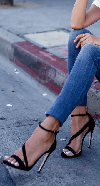 Ayakkabılar:  Bilekte bağlanan ayakkabılar trend olsa da bacaklarınızı olduğundan daha kısa göstereceği için uygun değil. Bacak boyunuzu daha uzun göstermek için anında görünür bir etki sağlayacak ayakkabı, ne kadar toplumda fazla şık olmayan, çirkin ayakkabılarmış gibi lanse edilse de aslında kadınlar için çok şık bir tercih olan sivri topuk ayakkabılar.