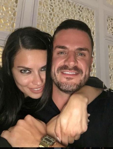 Lima, önceki akşam Yunanlı eski aşkı Miltiadis Kastanis'i New York'taki evinde ağırladı. Boks tutkusuyla bilinen Brezilyalı model ile eski aşkı Kastanis, 'Baby face' lakaplı ABD'li boksör Niko Valdes'in maçını televizyondan izledi.