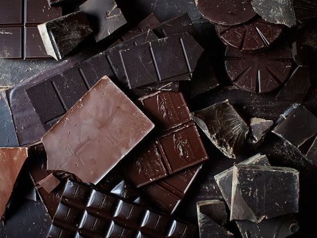 Siyah çikolata  İtalya'da son yapılan bir çalışmaya göre her gün çikolata yediğini belirten kadınların temel düşüncesi daha tatminkâr bir cinsel hayatlarının olduğudur. Tesadüf olabilir mi? Bizce hiç değil. Dr. Hutcherson'un da belirttiği gibi çikolatanın hammaddesinin içinde rahatlatıcı, sarhoş etkisi yaratan ve insana haz veren kimyasallar bulunuyor. Diğer tatlılar gibi çikolata da iyi hissetmeyi sağlayan endorfini tetikliyor. Aynı zamanda az bir miktar sıkıntıyı bastıran triptofan, vücuttaki kafeini harekete geçirip, duyguları uyandıran anandamid ve teobromin sağlıyor. Akşam yemeğinden sonra birkaç kare çikolata yemek stresini alarak, rahatlatıcı etki yaratır. Ama eğer kendini müthiş hissetmek istiyorsan büyük bir parça yemen gerekebilir.