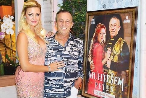 """Ali Ağaoğlu'nun sevgilisine fotoşop marifetiyle yaptırdığı """"Muhteşem Petek"""" tablosu..."""