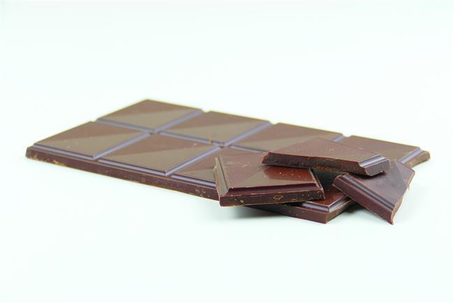 Bitter Çikolata   Regl semptomlarınız çok şiddetliyse ve alışılmışın dışında bir ağrı çekiyorsanız, kakao oranı yüksek bitter çikolata yiyebilirsiniz.  Regl günlerinde bayanlar tatlı ve çikolatalara daha düşkün olurlar.O nedenle, bitter çikolata yemek sağlıklı bir seçenek olacak ve tatlı ihtiyacınızı karşılayacaktır.Bitter çikolata regl döneminde yenildiği takdirde, kaslarınızın gevşemesine ve mutluluk hormonu salgılamanıza yardımcı olur.Aynı zamanda, regl dönemine bağlı sinir ve gerginliği azaltabilir.