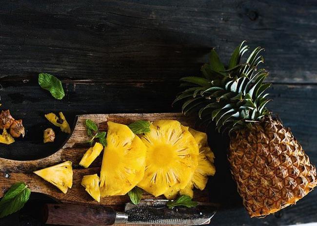 Ananas  Her adet gününde 2 dilim ananas yemek regl ağrılarınıza iyi gelir, şişkinliğinizi giderir.