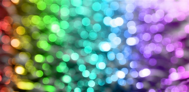 Renkler, insan ruhu ve zihni üzerinde etkili bir silaha dönüşebiliyor. Renklerin gücü ve etkisi kuşkusuz herkes tarafından biliniyor. Ancak renklerin insanlara üzerinde farklı tepkimelere yol açabilecek kadar tesirli olması oldukça şaşırtıcı bir gerçek! Zira renklerin bu denli bir itici güç konumunda olması renklerle insanın kendisine ve kişiliğine yepyeni bir yol haritası çıkarmasına olanak sağlıyor. Yani doğru renklerle istenilen psikolojiye ulaşmak mümkün hale geliyor. Üstelik eğilim gösterdiğimiz renkler bize karakterimizle ilgili ipuçları veriyor.