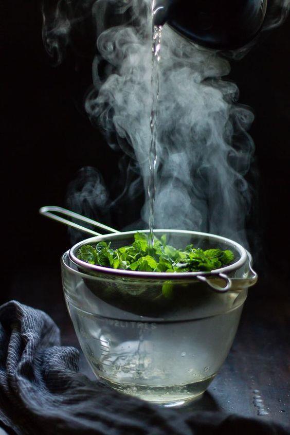 HAZIRLARKEN  150 derecenin üzerinde pişirin:  Büyük parça besinleri pişirirken etin iç ısısının yükselmesine dikkat etmeniz gerekiyor. Bunun nedeni ise uzun süre ve düşük ısıda pişirilen besinlerde bakteri üremesi. Dolayısıyla pişireceğiniz şeyi 150 derecenin üzerinde pişirmeli ve az pişmiş yerine en azından orta pişmiş olanları tercih etmelisiniz.