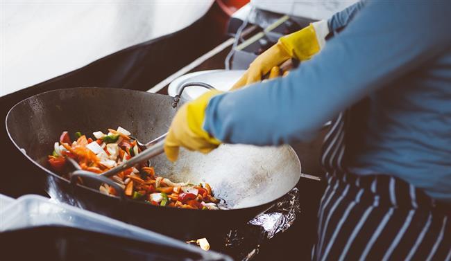 Yiyebileceğiniz kadarını ısıtın:  Eğer birkaç porsiyonluk bir yemek hazırladıysanız sadece yiyeceğiniz kadarını ısıtın. Her seferinde yemeğin tümünü ısıtırsanız ikinci ısıtmanızdan sonra yemek bozulacaktır.