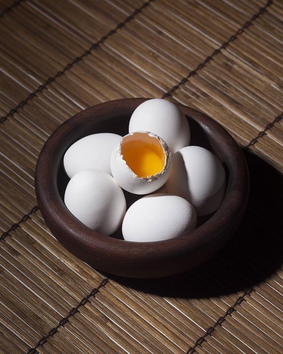 Yumurtayı pişirmeden önce yıkayın:  Yumurta yıkanmadan, kuru olarak, buzdolabında 2-3 hafta tazeliğini yitirmeden saklanabiliyor, yıkanarak konması halinde daha çabuk bayatlıyor ve bozuluyor. Kullanmadan önce ise mutlaka yıkayın, böylece kirli yumurtadaki mikropların yumurtanın içine girmesi önleyebilirsiniz.
