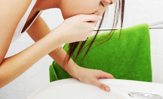 Dondurduğunuz etleri oda sıcaklığında mı çözdürüyorsunuz? Oda sıcaklığında çözdürülen etlerde hızla bakteri ürüyor ve pişirme zamanına kadar sizi zehirleyecek kadar bakteri üremiş oluyor!  Yorgunluk, üşüme, baş ağrısı, baş dönmesi, mide sorunları, ishal, kramplar, görme sorunları… Şiddetli durumlarda bağırsak problemlerine kadar gidebiliyor, hatta zamanında müdahale edilmezse hayata bile mal olabiliyor. Bu problemlere yol açan tablonun adı, yaz aylarında sıkça görülen besin zehirlenmesi.   NELERE DİKKAT ETMELİYİZ?       Besin zehirlenmesinin en önemli sorumlusu ise besinleri ideal ısıda soğutmamak. Besinlerin tüketim sürelerinin geçmesi, hijyenik olmayan ortamlarda hazırlanmamaları ve yetersiz ısıda pişirmek diğer önemli nedenlerini oluşturuyor. Dolayısıyla besinleri satın alırken, hazırlarken ve saklarken bazı noktalara çok dikkat etmek gerekiyor. Beslenme ve Diyet Uzmanı İpek Ertan, besin zehirlenmesinden korunmanız için almanız gereken önlemleri anlattı, önemli önerilerde bulundu.  Kaynak Fotoğraflar: Pinterest, Pixabay