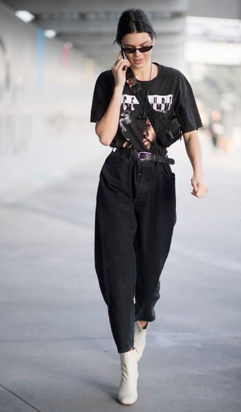 Monokrom giyin:  Kış havasında birbirinin aynı üstler, montlar, ceketler vs. çok revaçta... Siz de bu monokrom akımdan ilham alıp anne Jean'ininiz ile birlikte aynı renkte üstler giyebilirsiniz. Bunun için yine sezonun modası Oversized üstlerden faydalanabilirsiniz. Bir de unutmadan Kanada smokini diye tabir edilen kot ceket ile kot pantolon giyme trendi yine yükselişte... Mom jean'leri yine aynı renk tonundaki kot ceketler hatta kot gömlekle bile tamamlayabilirsiniz.