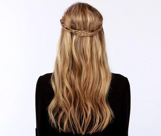 Saçlarınızın sadeliğinden sıkıldınız mı? Farklılaştırmak için ince bir örgü yeterli. Evde hızlıca yapın ve gün boyu güzel görünmenin tadını çıkarın.