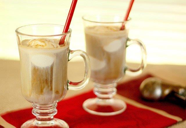 DONDURMALI BUZLU KAHVE  Malzemeler:  300 ml. soğuk kahve, 2 top vanilyalı dondurma, dilerseniz 1 tatlı kaşığı şeker, 1 tatlı kaşığı kakao  Hazırlanışı:   Vanilyalı dondurmayı uzun bir bardağa yerleştirin.Üzerine soğuk kahveyi ekleyin, hafifçe karıştırın. Ardından dilerseniz şeker ekleyebilirsiniz. Son olarak servis öncesinde kakaoyu kahvenin üzerine serpin.  Kaynak: www.yemek.com