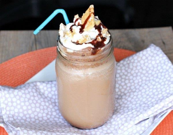 NUTELLALI BUZLU KAHVE  Malzemeler:  400 ml. soğuk kahve, 100 ml. süt, 2 yemek kaşığı Nutella, 2 yemek kaşığı şeker  Hazırlanışı:  Kahve, süt ve Nutella'yı blender'a dökün ve ardından iyice karıştırın.Karışımı bardağa dökün ve tadın.Dilerseniz biraz daha kahve ya da şeker ekleyebilirsiniz.Bardağınızı buzla doldurun ve üzerine dilerseniz krema ya da dondurma ekleyin.Afiyet olsun.