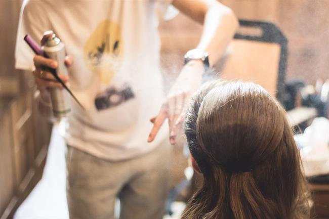 Saç Spreyi:  Cilde asla değdirilmemesi gereken bir diğer ürün de saç spreyleri. İçindeki alkol ve katkı maddeleri güzelliğin en büyük düşmanı. Cildinizi lekelerden korumak ve sağlıklı bir cilt sahibi olmak isterseniz, saç spreyinden uzak durun.
