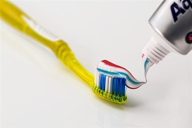 Diş macunu:  İçerdiği alkol, parfüm, nane gibi maddelerle cilte lekelenme ve sivilcelenme sorunlarına sebep olur.