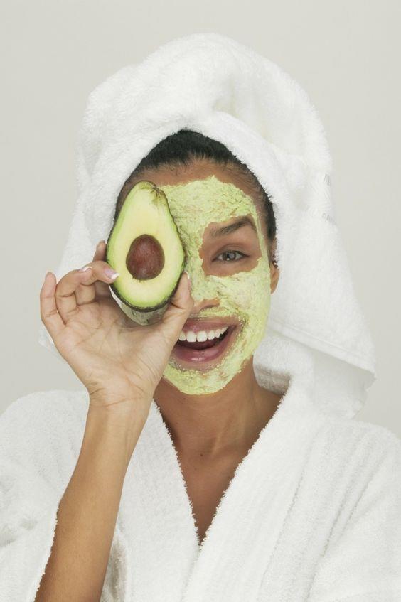 Her kadının en büyük arzusu güzel ve sağlıklı bir yüze sahip olmak. Güzelleşmek için aslında buzdolabınıza bakmanız yeterli. İşte evde hızlıca hazırlayabileceğiniz 7 yüz maskesi...  Kaynak Fotoğraflar: Pinterest
