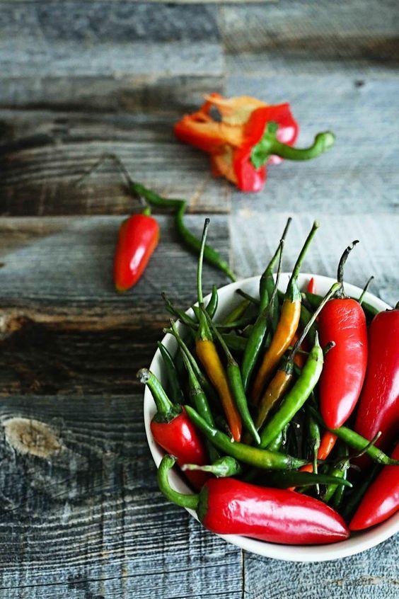 Taze Biber:  Antioksidan içermesi ve 100 gramında 22 kalori içermesiyle biber, sağlıklı kilo vermenizi sağlar.