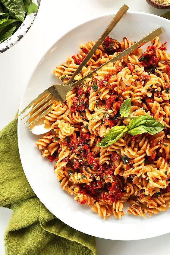 Öğle(12:00-13:00): 4 yemek kaşığı kepekli makarna+ev yapımı domates sosu 1 kase light yoğurt  Ara öğün(15:30-16:00): 3-4 adet diyet bisküvi+1 fincan yeşil çay/kahve  Akşam(19:00-20:00): Sınırsız ödem atıcı çorba  Ara öğün(21:30-22:00): 1 fincan melisa çayı