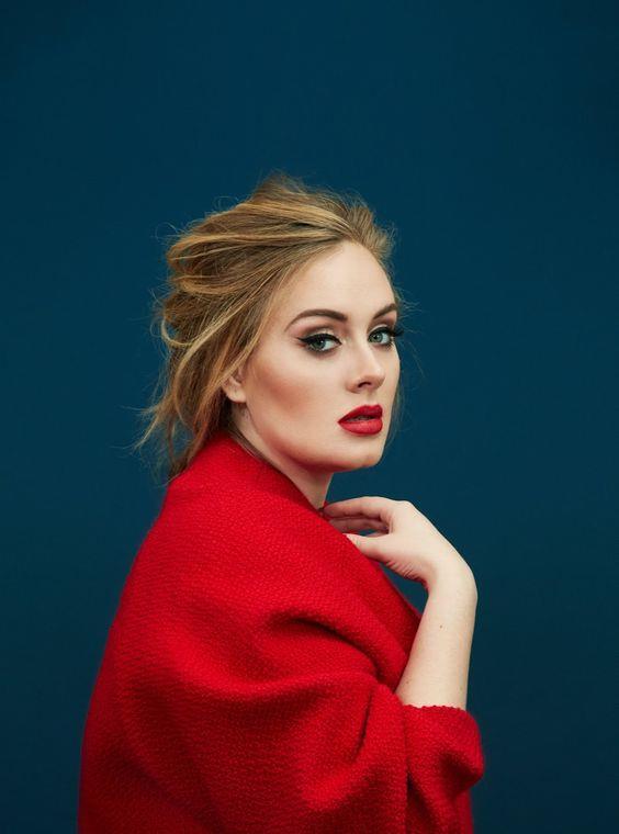 Adele: Medyada doğal makyajla görünen Adele, genellikle makyajsız fotoğraflarını paylaşıyor. Rolling Stones Magazine'in kapağında makyajsız bile ortaya çıktı. Doğruyu söylemek gerekirse makyajlı veya makyajsız, cildi hep muhteşem görünüyor. İngiliz şarkıcı ve söz yazarı, saç maskelerinin ve sağlıklı bir mizah anlayışının en sevdiği cilt bakım ürünleri olduğunu iddia ediyor.