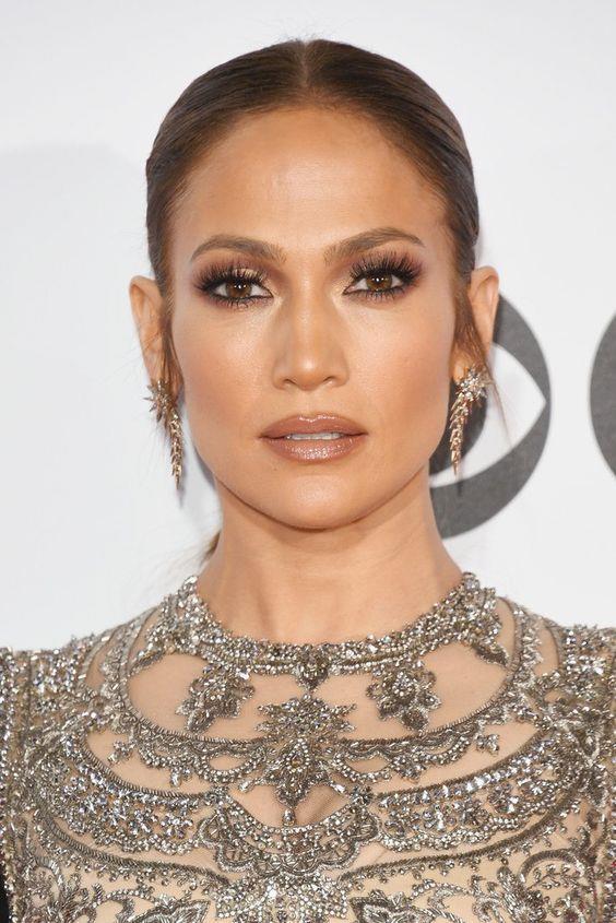 Jennifer Lopez: Yıllar geçtikçe güzelleşen Lopez, 47 yaşında ama cildi hala herkesin arzulayacağı kadar parlak, ışıltılı. Bronx'ta doğan Lopez, sağlıklı yaşam tarzını benimsemiş. Sigara içmiyor ve kafein kullanmıyor. Rutin cilt bakımlarını aksatmadan yaptırırken, güneşte çok fazla kalmamayı tercih ettiğini belirtiyor.