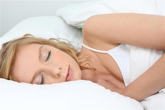 """İç Çamaşır İle Uyumak  İç çamaşırı genital bölgenin nefes almasını engellediği için gece yatarken iç çamaşırsız yatmanızda fayda var.  Önemli not: Eğer vajinanızda normalin dışında koku, akıntı, kaşıntı gibi belirtilerle karşılaşırsanız mutlaka bir kadın doğum uzmanına başvurunuz.  <a href= http://mahmure.hurriyet.com.tr/foto/ask-iliskiler/yatakta-bu-cumleleri-sakin-kurmayin_42593 style=""""color:red; font:bold 11pt arial; text-decoration:none;""""  target=""""_blank""""> Yatakta Bu Cümleleri Kurmayın!"""