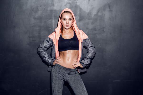 Kadınlar her yerde güzel görünmek ister: evde, ofiste, sokakta hatta spor salonunda.  Spor yaparken şık görünmek mümkün mü? Elbette. İşte size fit kalmaya çalışırken şık olabileceğiniz 6 öneri...  Kaynak Fotoğraflar: Pinterest