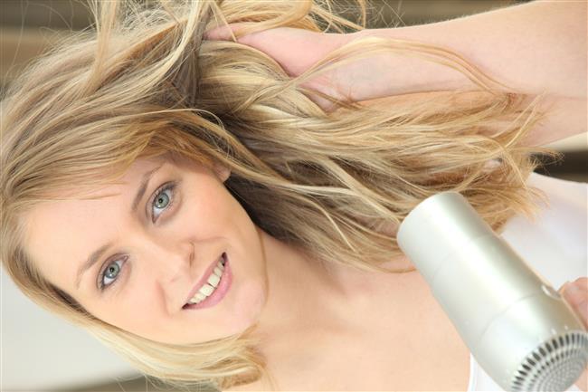 Saç kurutma makinası saç yapınızı bozup saçınızın nemini azalttığı için saçınızın kabarmasına sebebiyet verir.Bu yüzden saçlarınızı bakım kreminizle taradıktan sonra kendi kendine kurumaya bırakın.