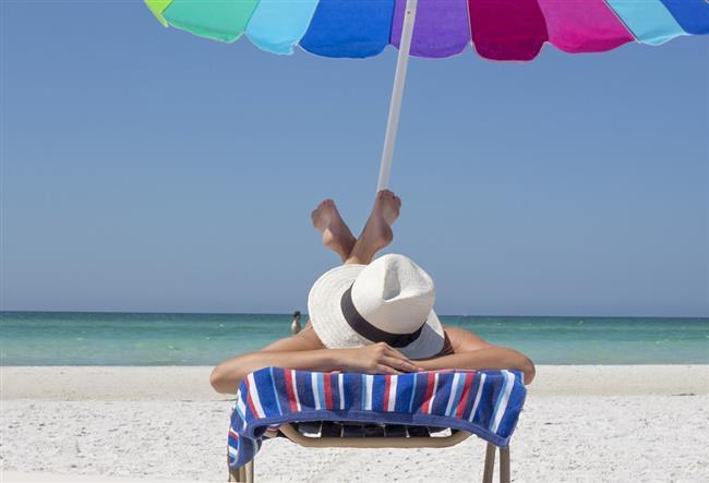 D VİTAMİNİNE KEYİFLİ ÇÖZÜM: GÜNEŞLENİN!  D vitamininin ana kaynağı güneşten aldığımız ultraviole ışınlarıdır.Güneş ışınlarının dik geldiği öğlen saatlerinde güneş yağı kullanmadan veya az kullanarak 10-15 dk. güneşte kalmak vücudun D vitamini ihtiyacını karşılayacaktır. Bu güneşlenme esnasında ışınların vücuda direk temas etmesine dikkat edilmelidir. Güneşlenirken kapalı kalan sırt, koltuk altı, bacak gibi bölgelerinde güneş ışığı görmesinin yararı olacaktır. Bunu yaparken sıcak havanın olumsuz etkilerine karşı baş mutlaka büyük bir şapka ile korunmalı veya gölgede tutulmalıdır.