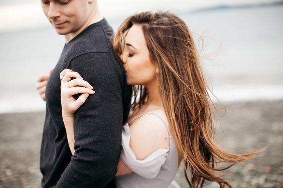Her şeyi partnerine göre ayarlamak:   Böyle bir yaklaşım son derece sağlıksız. Bir ilişkiye kendinizi adamanız, her şeyinizi partnerinize göre planlamanız sizi hızla tüketir ve ilişkilerdeki dengeleri değiştirir. Sevdiğiniz insan sizin için şüphesiz çok önemli ve değerli ancak hayatınızı oluşturan şeylerden yalnızca biri, hayatınızın tümü değil. O nedenle partnerinizi hayatınızın merkezine koyma yanılgısına düşmeyin.
