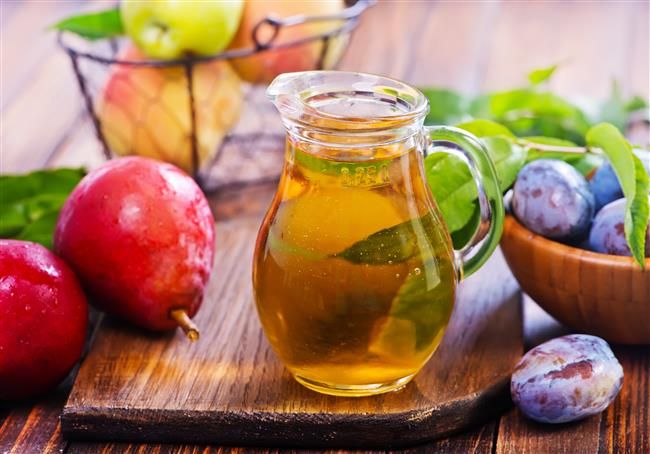 ELMA, ARMUT, VİŞNE KOMPOSTOSU  MALZEMELER  4 adet elma  4 adet armut  1 kase vişne  3 kaşık şeker  HAZIRLANIŞI  Armut ve elmaları soyup çekirdek yataklarını çıkarın ve dilimleyin. 50 ml su ve şekeri ekleyerek kısık ateşte meyveler yumuşayıncaya kadar pişirin.Tencereye yapışmamalarına dikkat edin.Çekirdekleri ayıklanmış vişneleri ekleyin ve 1 dakika daha karıştırarak pişirin.Soğumaya bırakın.Buzdolabında saklayın, arzuya göre vanilyalı dondurma ile birlikte servis edebilirsiniz.