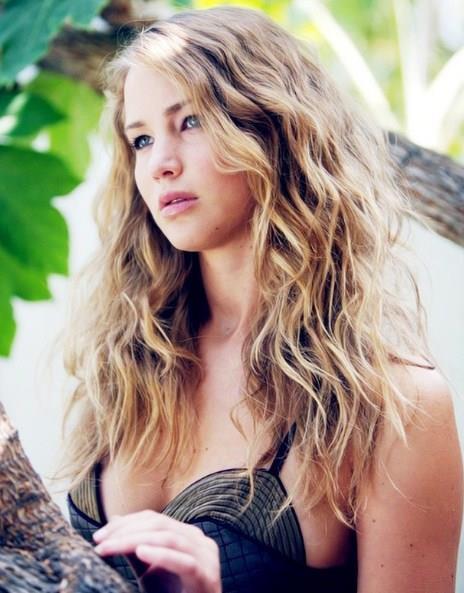 Aslen Kentucky'li olan Jennifer Lawrence 12 yaşındayken tatil için New York'a gittiği sırada yetenek avcısı bir ajans çalışanının dikkatini çekti. Hemen işe alınan Lawrence, genç model olarak kariyerine başladı ve 2006 yılında Monk dizisinde TV'de ilk kez yer aldı.