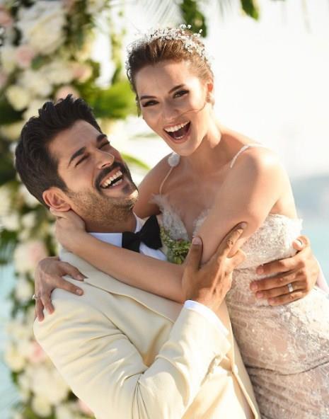 Burak Özçivit:  Bu yaz Fahriye Evcen ile dünya evine giren oyuncu, tatilini eşiyle birlikte yaptı.