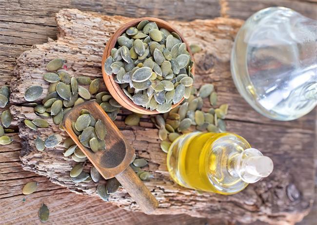 4)Kabak Çekirdeği  Ciltteki ölü dokuları atın!  Yaz aylarında güneş, deniz, havuz gibi etkenler ciltte birçok hasara neden olabiliyor.Cildi yenilemek için yararlanılabilecek besinlerin başında kabak çekirdeği yer alıyor.Her gün 1 avuç kabak çekirdeği cildin gençleşmesine ve ölü dokuların atılmasına yardımcı olur. Aynı zamanda kabak çekirdeğinin içerisinde yer alan vitaminler güneş yanıkları ile oluşacak olan cilt kusurlarına da iyi gelebiliyor.Kabak çekirdeğindeki sayısız vitamin ve mineraller vardır.Özellikle E vitamini cildi güçlendirir, A vitamini ise cilt hücrelerini yeniler ve cilt sorunu azaltır. Kabak çekirdeğindeki yağ asitleri, sebum üretimini sürdürerek cildin nemini geri kazanmasını da sağlar.